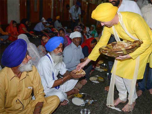 Brett Lee: Brett Lee performs 'seva' at Golden Temple, wins hearts in Sikh  avatar - The Economic Times