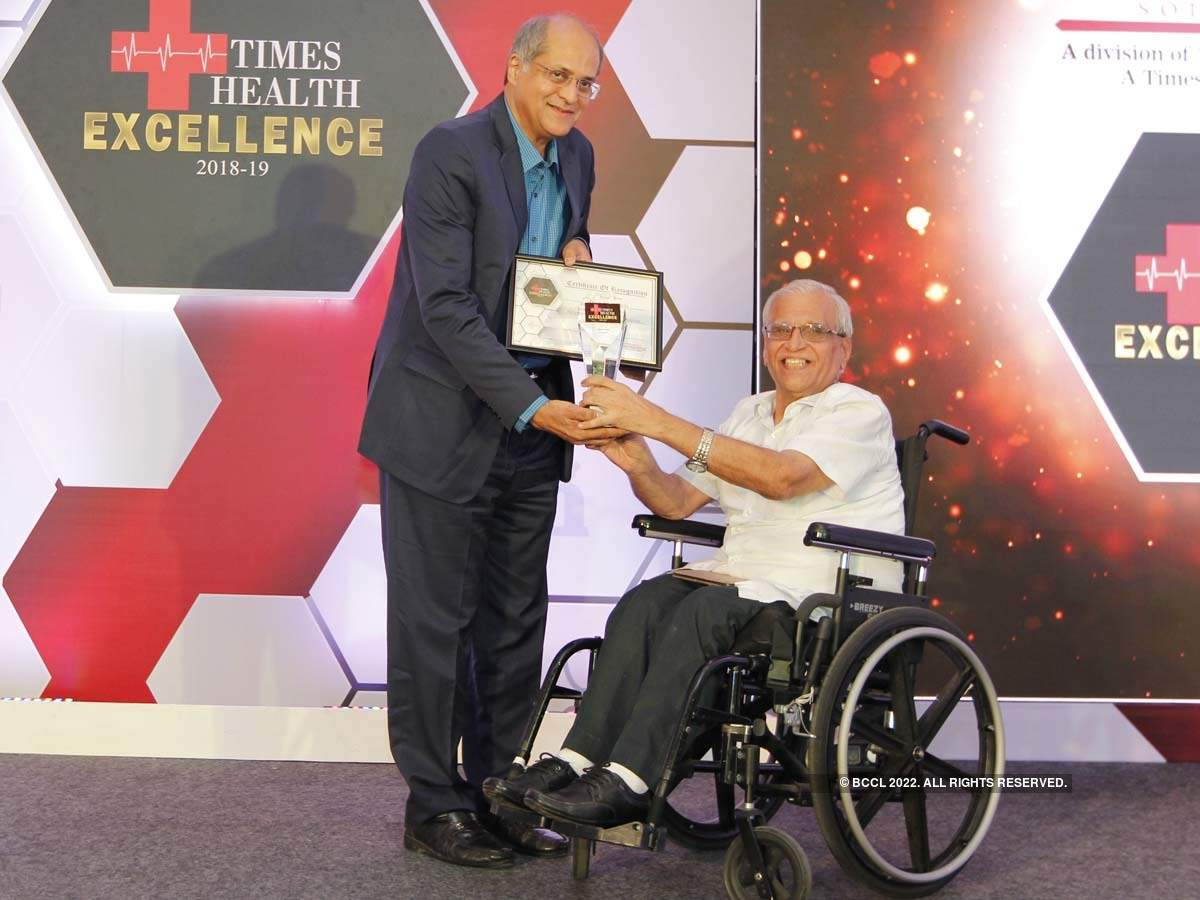 Dr Suresh Advani (R) presented The Times Health Excellence In Service In Stemcell Therapy to Dr Alok Sharma, NeuroGen Brain and Spine Institute.