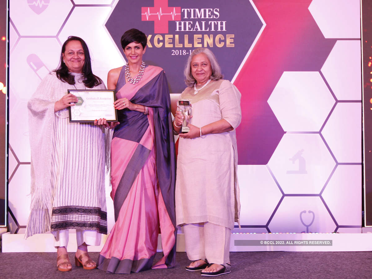 Mandira Bedi (C) presented The Times Health Excellence In Service In Multispeciality Hospital to Bellevue Hospital Neelam Rohra (L) and Dr M V Lulla (R).