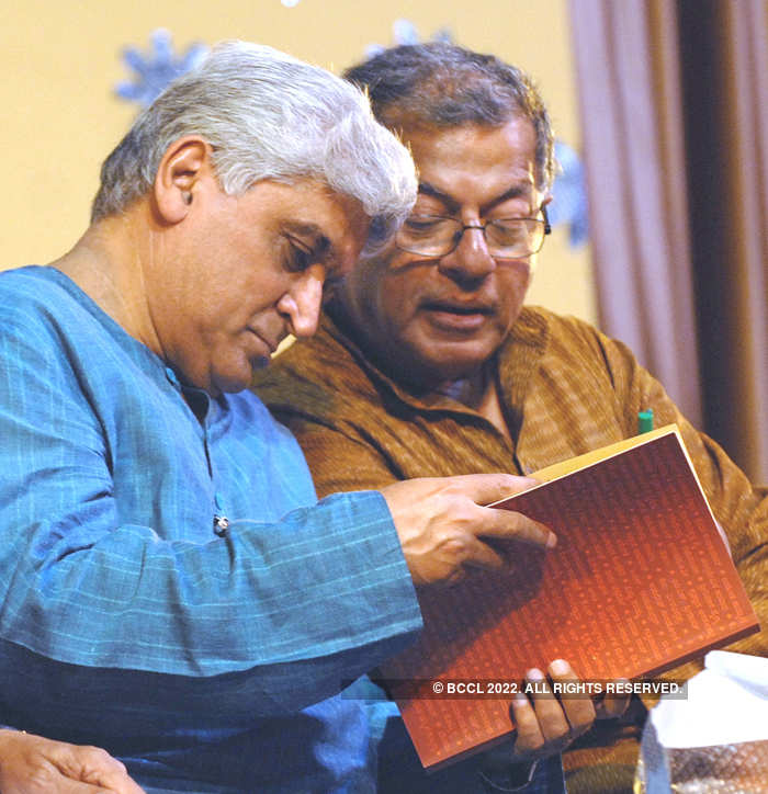 Javed Akhtar (L) and Girish Karnad discuss notes during the release of book 'Deshakaala' at Ravindra Kalakshetra in Bangalore in 2010.