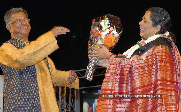In 2010, Girish Karnad felicitated theatre artist and actor Arundhati Nag at Ravindra kalakshetra in Bangalore.