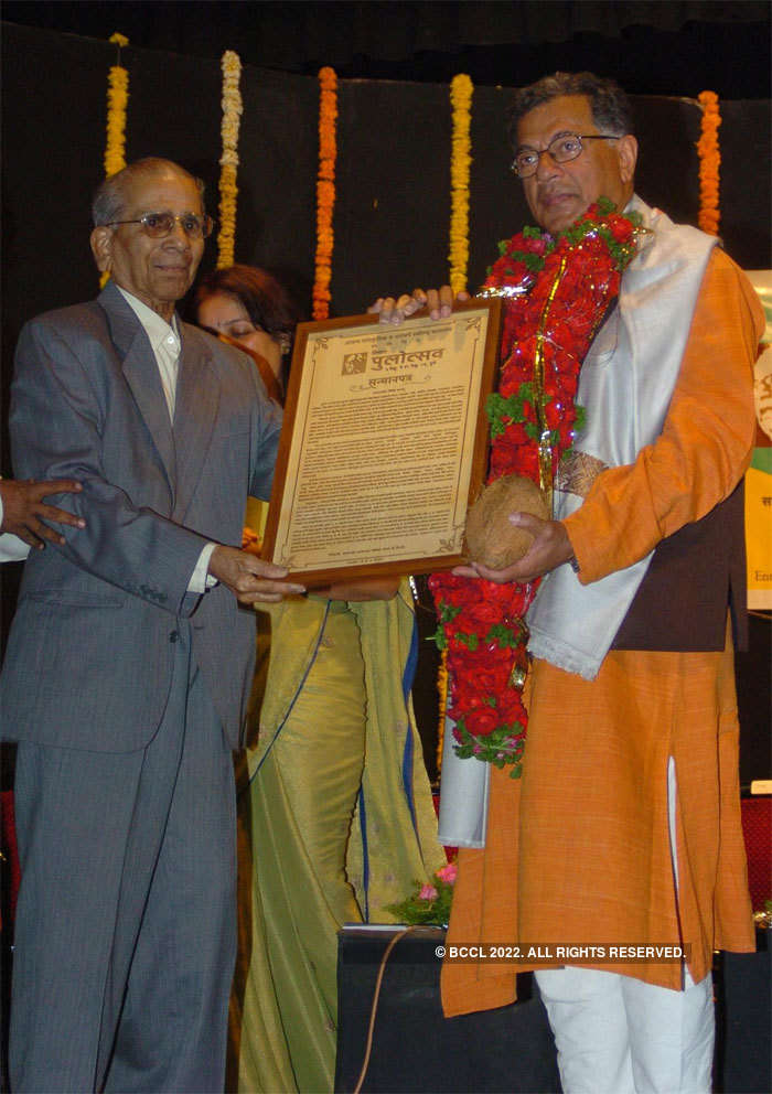 Author Gangadhar Gadgil (L) honoured Girish Karnad with his first Pu La Deshpande Memorial Award in 2006 at the third Pulotsav at Balghandharva auditoriam in Pune.