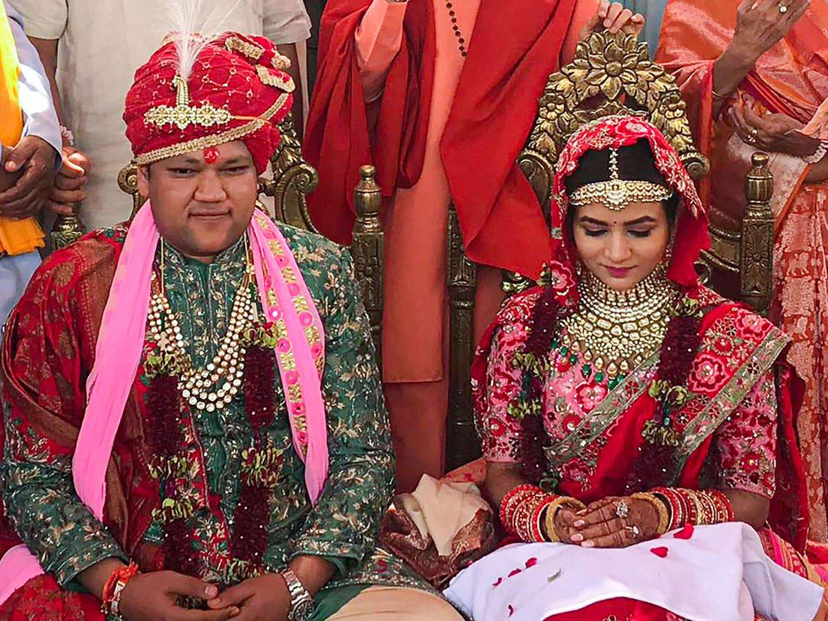 Kritika Singhal (R), daughter of diamond merchant Suresh Singhal, and Suryakant (L), son of industrialist Ajay Gupta, got married in Auli on June 20.