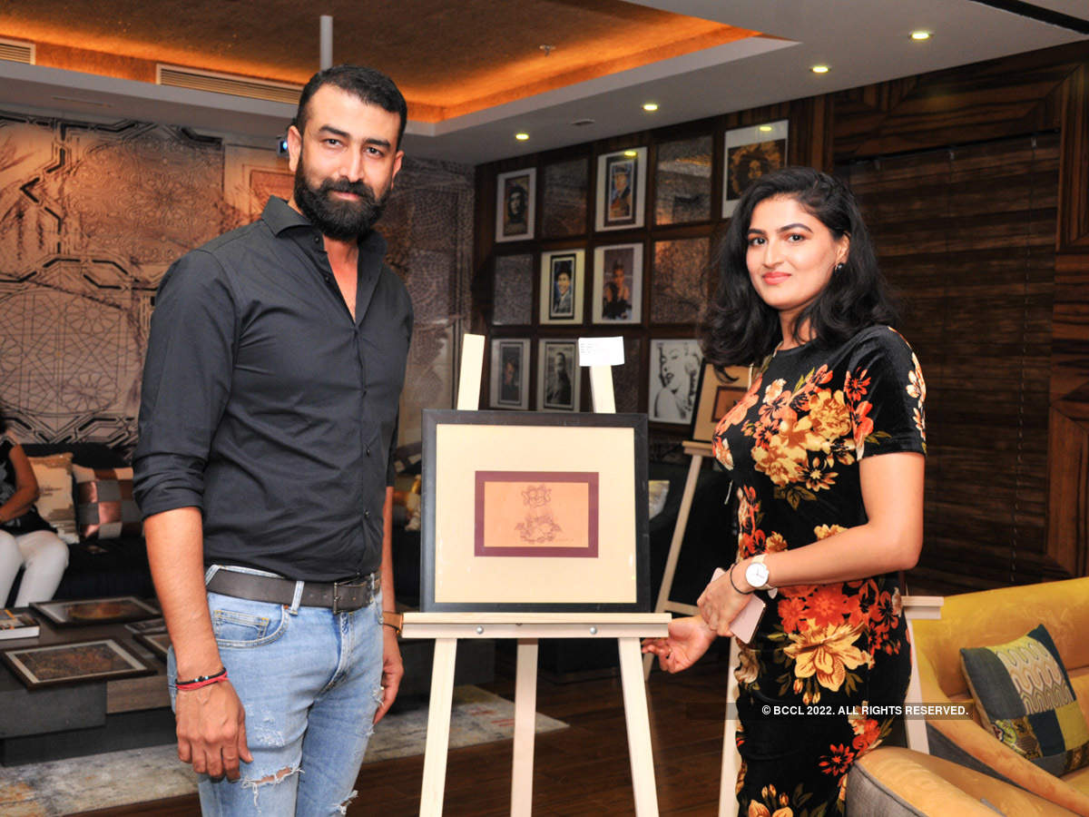 ​Vinod and Neha Raibagi​ posed for the papparazzi.