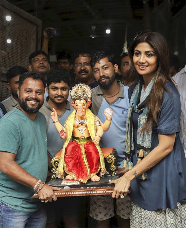 Shilpa Shetty takes home a Ganesha idol.
