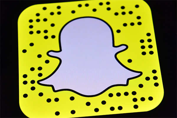 71% respondents said they most-commonly used Snapchat while stopped at a red light. ​