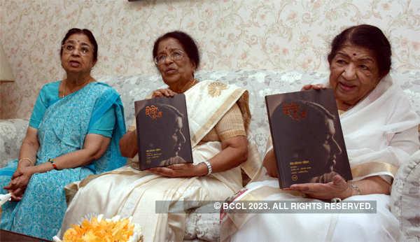 Lata Mangeshkar with her sisters Usha Mangeshkar (L) and Meena Khadikar (C) at their Peddar Road home.
