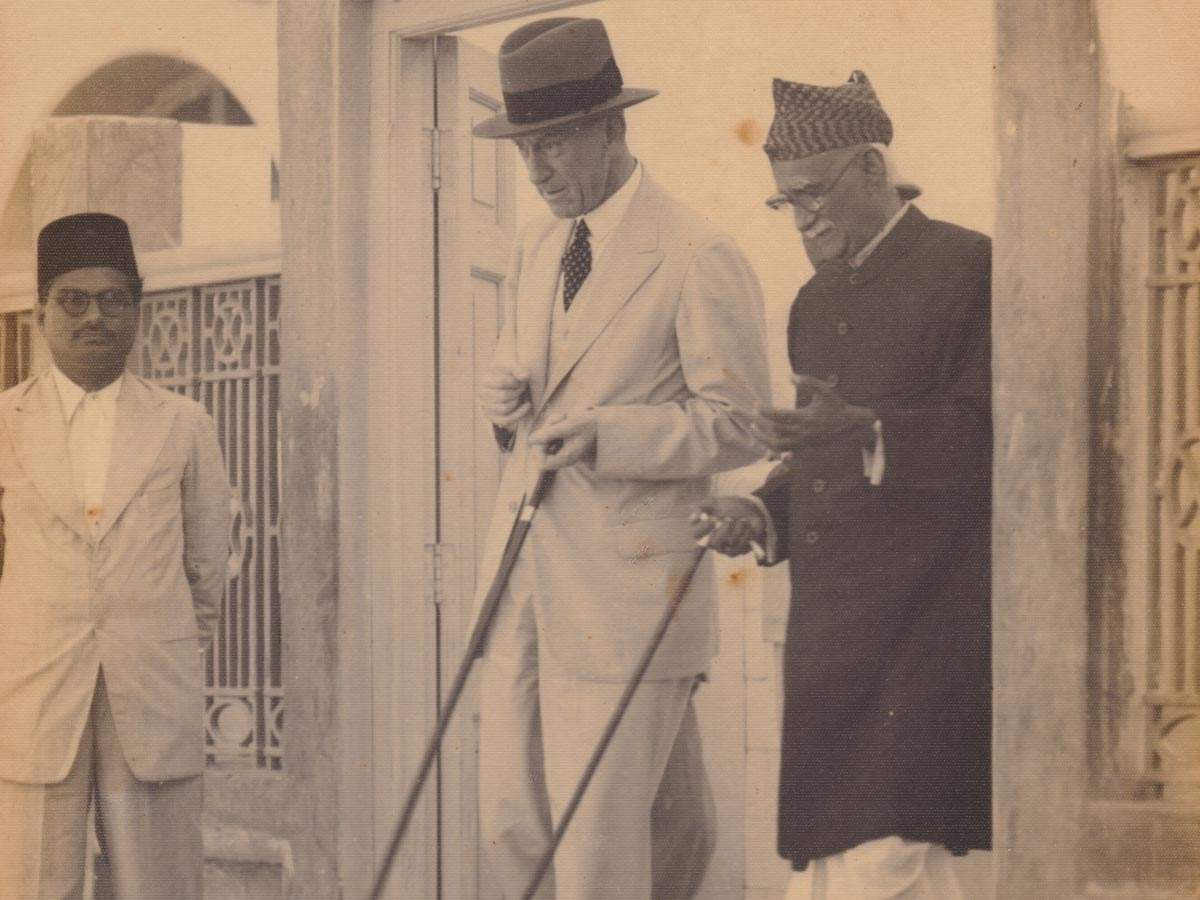 A photograph of Doongursee Shyamji Joshi with the Governor of Sind, as they inspect the Karachi Panjrapole. Karachi, undated.
