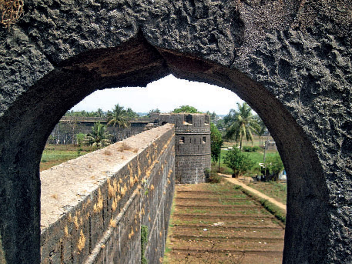 A few miles North of Mumbai, located at the mouth of the River Vaitarna lies Fort Arnala situated on the Island bearing the same name.
