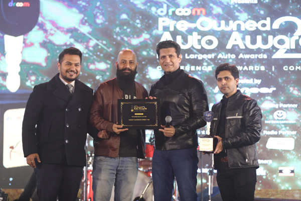 ​Gadget guru Rajiv Makhni (2nd r) hands the Harley Davidson team the Pre-owned Buyer's Choice Bike of the Year award for Harley-Davidson Street 750​.