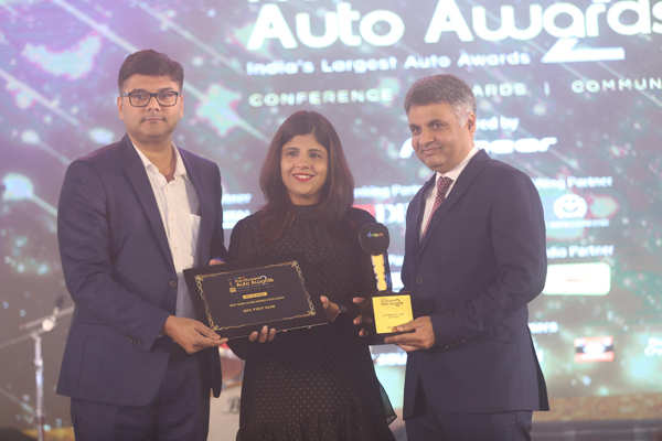 ​Swati Khandelwal, jury member and executive editor, with IDFC First Bank team, which won the Best Bank in Pre-owned Auto Loans award​.