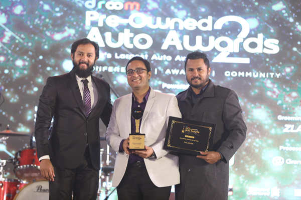​Roshan Joseph, jury member and anchor, awards TVS team the Preowned Dealer's Choice Scooter of the Year award for TVS Jupiter​.