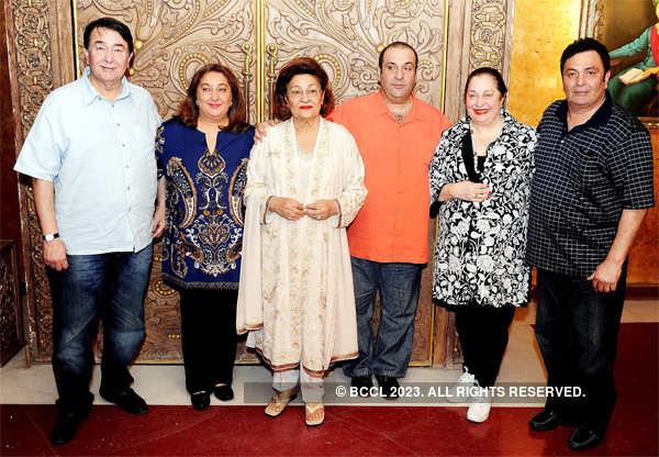 File photo: The Kapoor family - Randhir, Reema Jain, Krishna Kapoor, Rajeev Kapoor, Ritu Nanda and Rishi Kapoor - pose together.