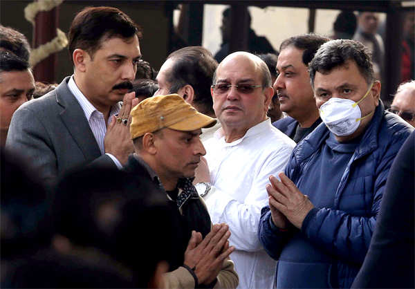 ​Rishi Kapoor with Nanda's family and friends at the funeral.