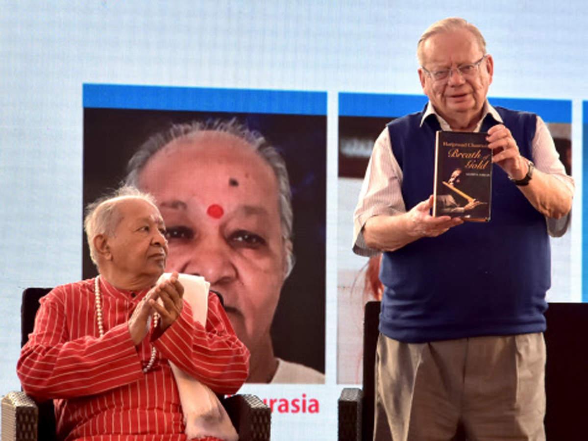Author Ruskin Bond (R) along with Classical flutist Hariprasad Chaurasia at Tata Kolkata literary Meet 2020, in Kolkata on Sunday.
