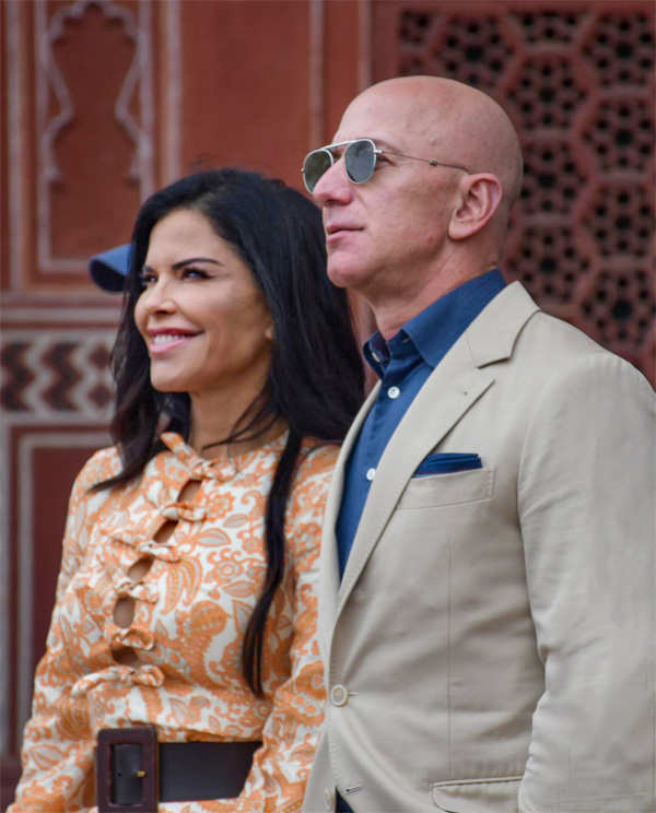 Jeff Bezos (R) and Lauren Sanchez (L) at the Taj Mahal, in Agra.