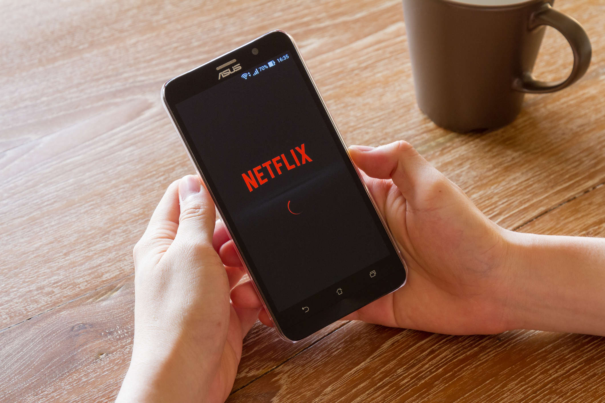 Netflix announced that it would reduce the bitrate of its video streams for a month.