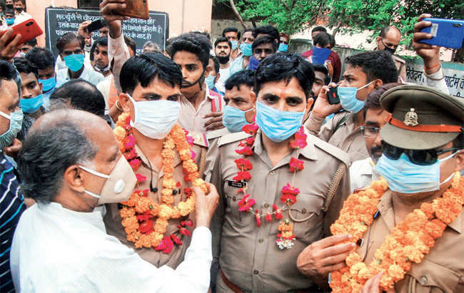 Social workers felicitate policemen for killing Dubey