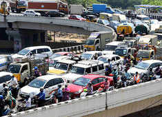 Coronavirus: Huge traffic jam at Chennai flyover despite India lockdown