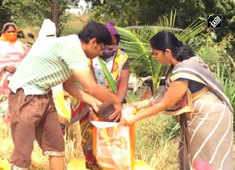 Coronavirus lockdown: Maharashtra farmer distributes wheat grain to needy villagers