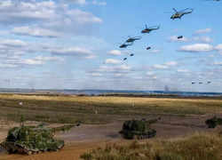 Zapad: Indian troops conduct combat free fall, special heliborne operations