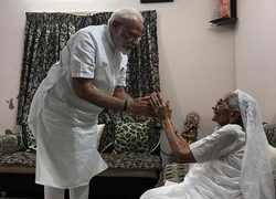 Narendra Modi meets mother in Gandhinagar, seeks blessings