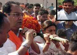 Amethi: Smriti Irani helps carry mortal remains of BJP worker
