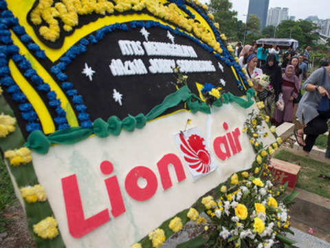 Pilots struggled to control plane that crashed in Indonesia: Report