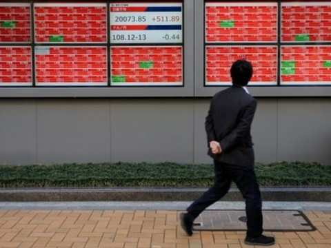 Japan stocks edge down, earnings caution stops recent gains