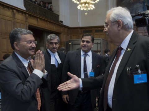 Indian diplomats ignore handshake by Pakistani officials at ICJ