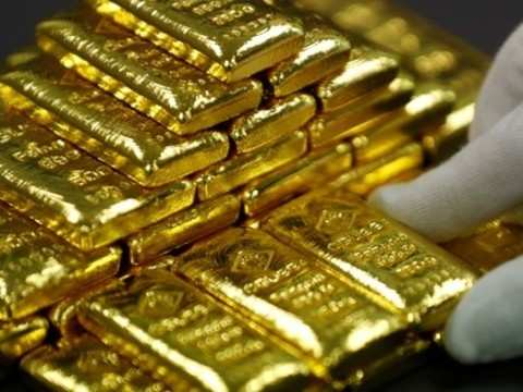 Gold hovers near 10-month peak amid steady dollar after Fed minutes