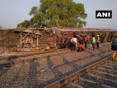 Howrah-New Delhi Poorva Express derails near Kanpur; 15 injured