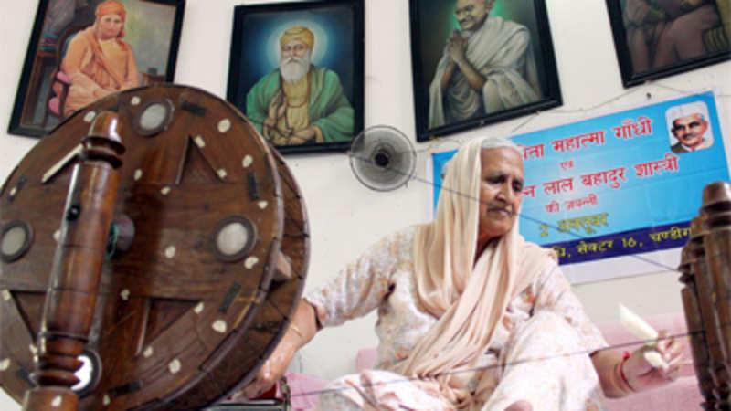 Learn charkha spinning like Gandhi in Delhi University