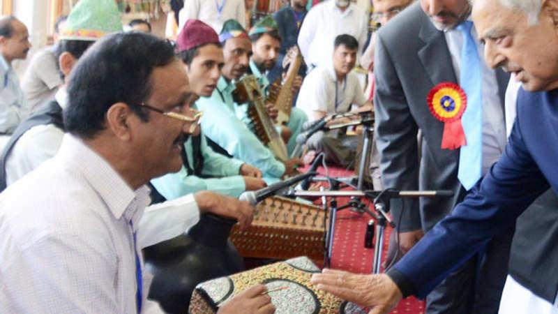 Kashmir handicraft dealers get orders worth over Rs 4 4 crore in