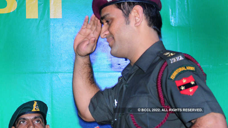 Indian Army: Dhoni fulfils promise, begins training with