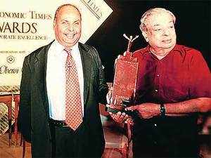 TWO DREAMERS, ONE VISION: Verghese Kurien with Dhirubhai Ambani after they received Lifetime Achievement awards at the ET Awards for Corporate Excellence in 2001.