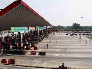 Commuters pass through a Delhi-Gurgaon Expressway toll plaza uncharged, following a court order, in Gurgaon. (PTI)