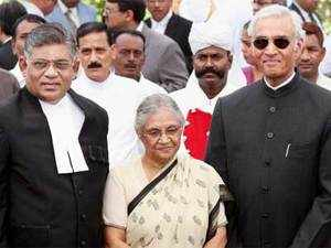 Newly sworn-in Chief Justice of the Delhi High Court Justice Darmar Murugesan with Lt. Governor Tejendra Khanna and Chief Minister Sheila Dikshit after taking oath in New Delhi on Wednesday. PTI photo
