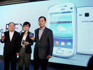Younghee Lee, Executive V.P, Global Marketing Mobile Communications, Samsung (c); B.D. Park (R) President & CEO, SW Asia, Samsung and Hung Sik Cho (L), Senior V.P. SW Asia Product Marketing Group pose with Samsung REX new series smart feature phones during a function in New Delhi on Thursday. PTI