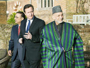 Britains Prime Minister David Cameron (C) walks with Pakistan's President Asif Ali Zardari (L). Reuters