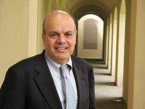 Ajit Jain,the IIT Kharagpur grad who heads Berkshires reinsurance business and is tipped as a strong candidate to succeed one of the worlds three richest men.
