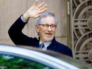 """Steven Spielberg waves to the media as he leaves Anil Ambani's office in Mumbai, on March 11, 2013. Spielberg is in India to celebrate the success of his Oscar-winning film """"Lincoln"""" co-produced by Ambani's Reliance Entertainment. (AP Photo)"""