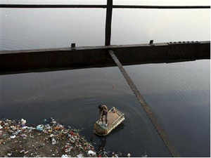 he National Green Tribunal has directed a committee set up by it to implement its order banning dumping of debris on the banks of Yamuna, to submit a proposal for the development of the river's banks.