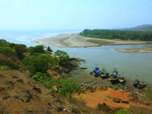 Situated along the coastline of Ratnagiri, the small beach town of Dapoli enjoys a lazy, sun-kissed ambience.