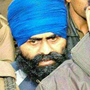 Parkash Singh Badal met President and demanded that Bhullar, awarded death sentence in the 1993 Delhi blast case, be pardoned.