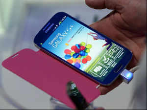 Samsung Galaxy S4 packs in the latest and greatest hardware to be found on any mobile phone, topped with a gorgeous, 5-inch, 1080p full HD super AMOLED display