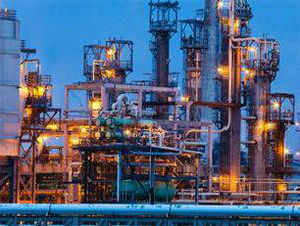 Reliance Industry plans to make an all-out bid for securing the contract for a 3,00,000 barrels per day refinery project in Iraq, sources said.