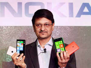 Nokia has priced Lumia 625 at Rs 19,999 and it will be available in the mkt in 3-4 days, while the Lumia 925 is already available for Rs 33,499.  In pic: Viral Oza, Director Marketing, Nokia India displaying newly launched Nokia Lumia 925 phones at a press conference in New Delhi.