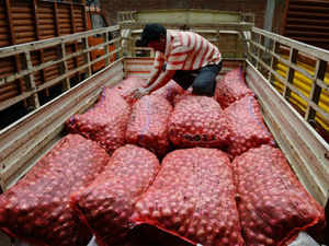 On August 14, the government had imposed a minimum onion export price of $ 650 per tonne to restrict shipments and control prices. (Pic: AFP)