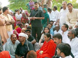 Uma Bharti prevented from going to Muzaffarnagar, sits on dharna